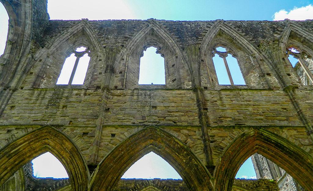 Ruiny Tintern Abbey w Walii to świetne miejsce na wypad na weekend, spacer i rodzinnie