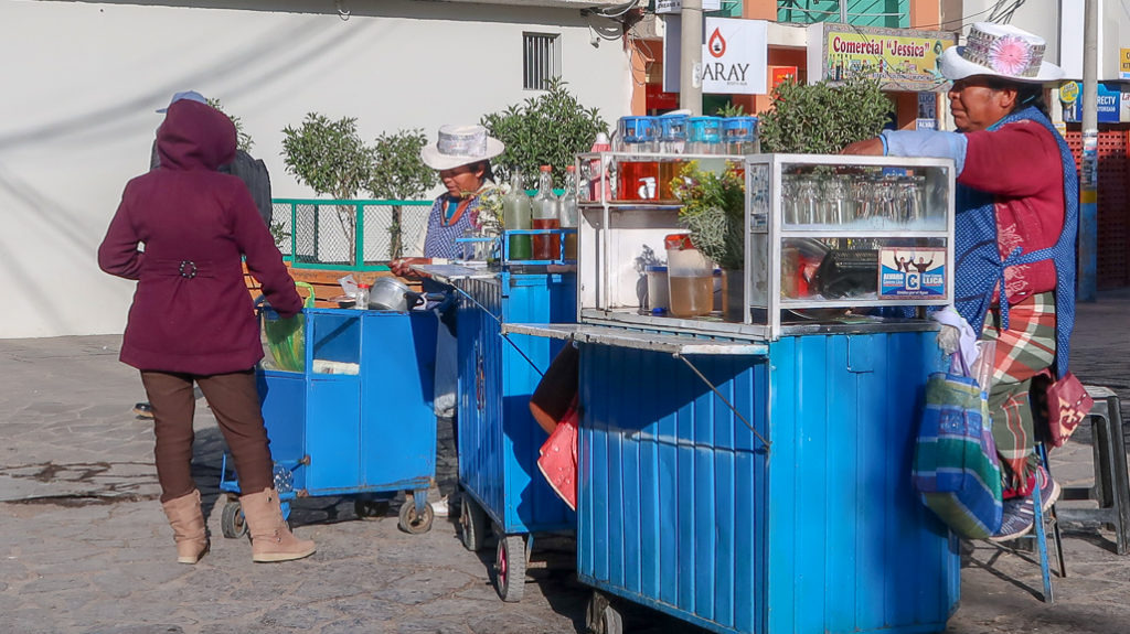 Peruwiańska herbata na ulicy z garkuchni