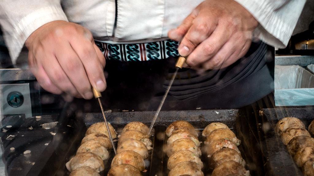 Tokoyaki przyrządzane w tokio niedaleko targu rybnego