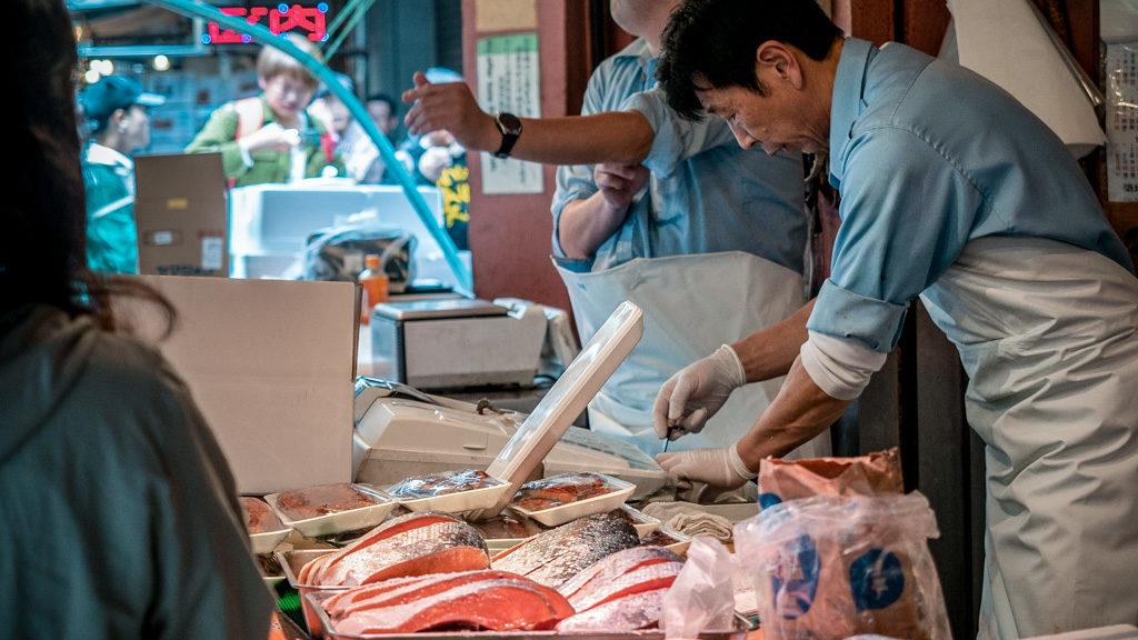 Tokijski targ rybny ze świeżymi owocami morza