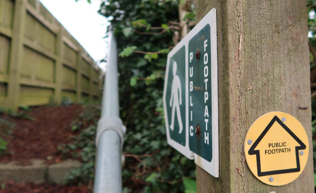 znak Public foorpath - ścieżka dla pieszych