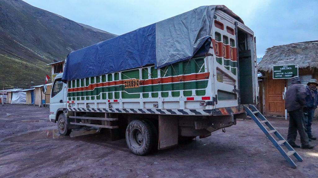 cieżarówką z lokalsami w drodze na Rainbow Mountains