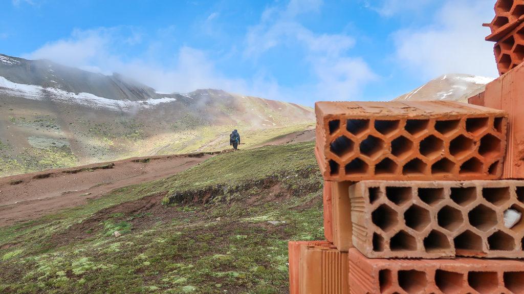 Widok z trasy na Górę Siedmiu Kolorów w Peru koło Cusco
