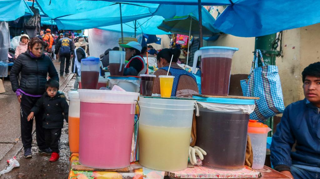 Peruwiańskie wino Chicha sprzedawane na ulicach z wiaderek.