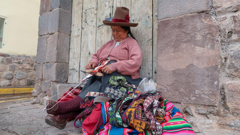Handel na peruwiańskich ulicach, chodnikach, w autobusach.
