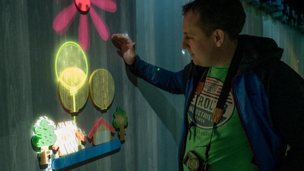 Zabawa z kształtami i światłem w muzeum światła w Tokio